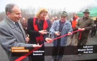 """Slavnostní přestřižení pásky """"vodovodu"""",  22. 12. 2008, zdroj: Česká televize"""